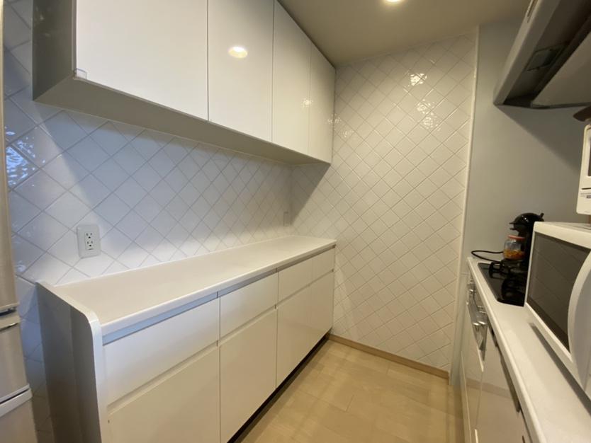キッチン背面に装飾タイル施工